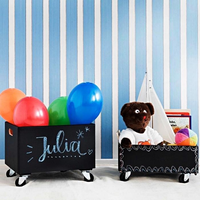 caisse de rangement ardoise sur roulettes pour ranger les jouets et les livres d'enfant, rangement pratique pour mieux organiser la chambre d'enfant