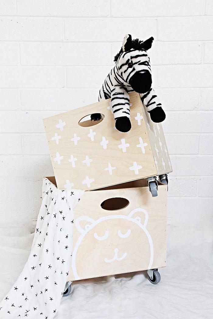 coffre a jouet sur roulettes personnalisé avec motifs peints, cagette de rangement à design ours peint en blanc