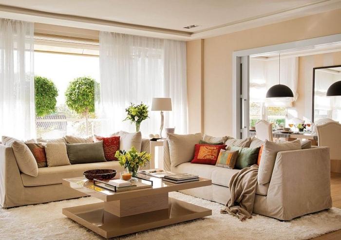 ambiance relaxante dans un salon moderne de couleur beige, idée décoration moderne avec accessoires neutres