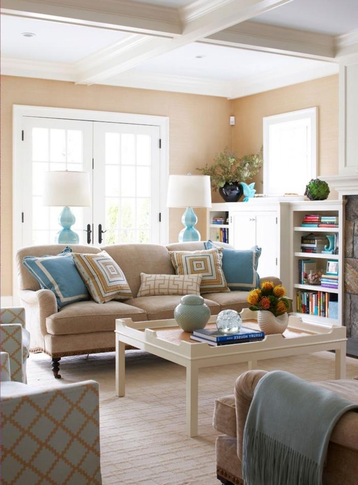 idée peinture couleur sable pour une déco accueillante, pièce lumineuse aux murs beige avec meubles bois clair