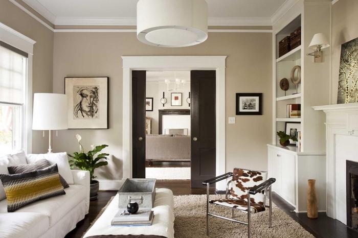 association couleur beige dans un salon, pièce en beige et blanc avec accents en marron foncé et noir, objets déco de style industriel