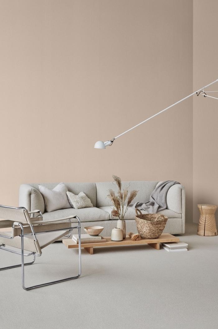 design minimaliste dans un salon aux murs de couleur beige, déco salon en beige et gris avec meubles en bois clair
