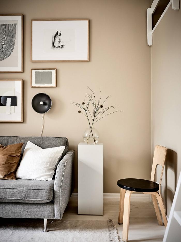 idée de peinture couleur sable dans une pièce en nuances neutres beige et gris, modèle de tapis gris clair avec frange de style scandinave