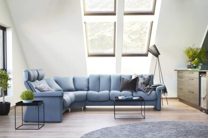 aménagement salon avec meuble relax home cinéma, déco sous combles aux murs blancs avec canapé stressless en bleu