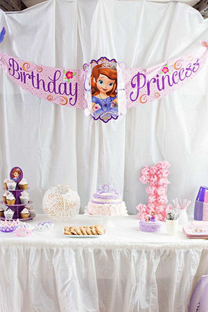 idée decoration anniversaire fille sur thème princesse, banderole d'anniversaire princesse pour la décoration de la salle, candy bar d'anniversaire 1 an en rose et violet