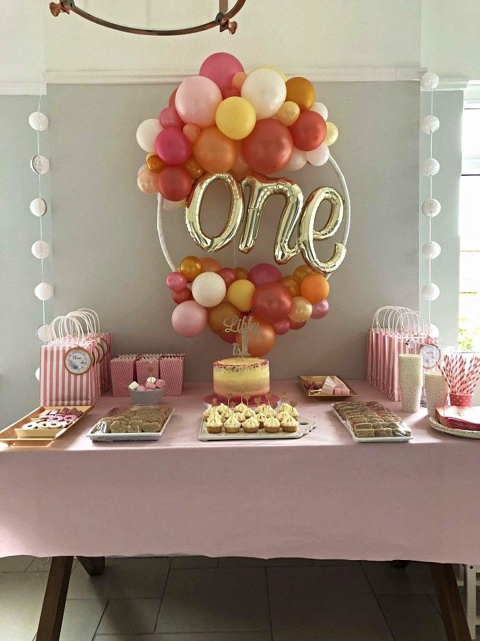 déco de buffet anniversaire en tons pastel doux, cerceau hula hoop de ballons en déco murale pour anniversaire 1 an
