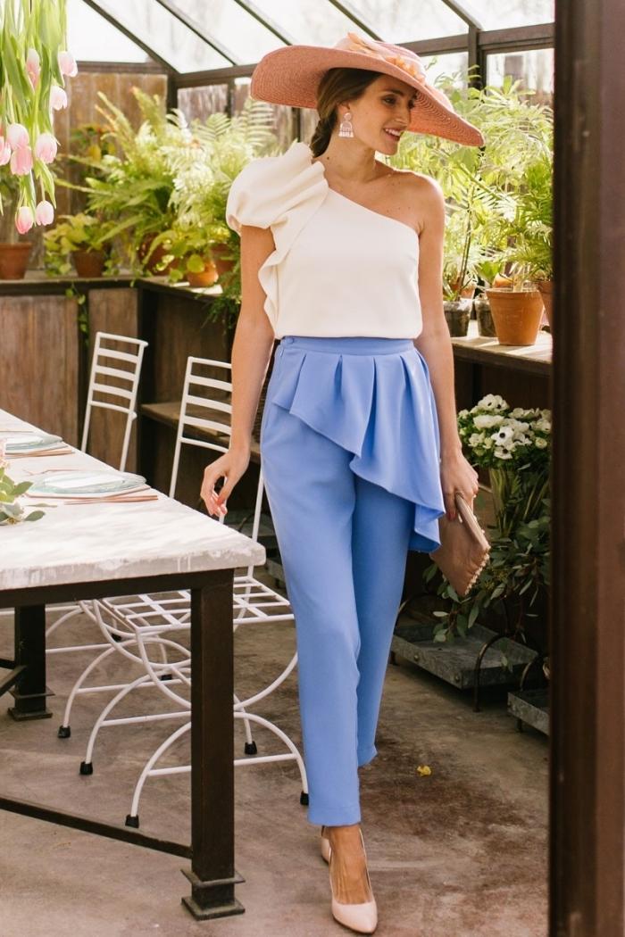 exemple de tenue chic femme invitée, modèle de pantalon slim avec jupe en bleu, idée accessoire mariage avec capeline