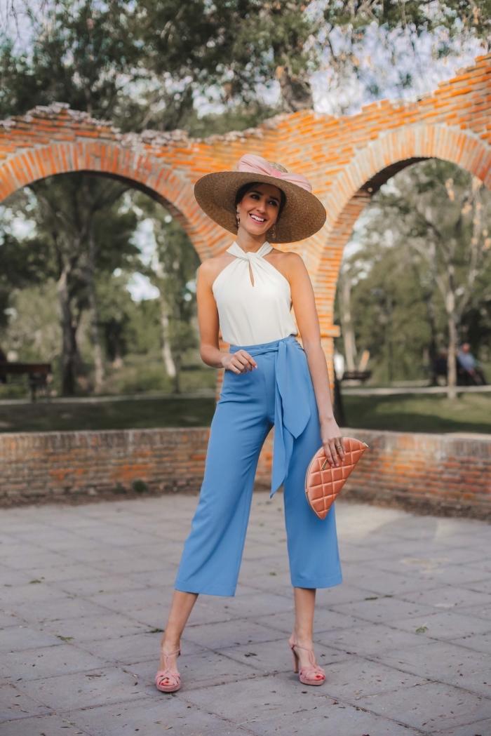exemple de tenue de cérémonie femme, look femme invitée en pantalon 3/4 bleu, idée accessoire mariage pochette rose gold