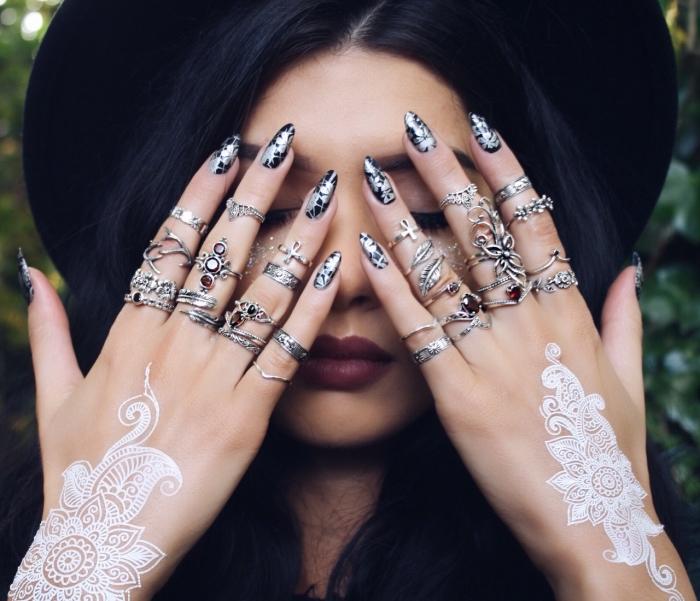nail art aux ongles longs et noirs avec décoration feuilles argentées, idée henné facile sur les mains aux motifs feuilles et mandala
