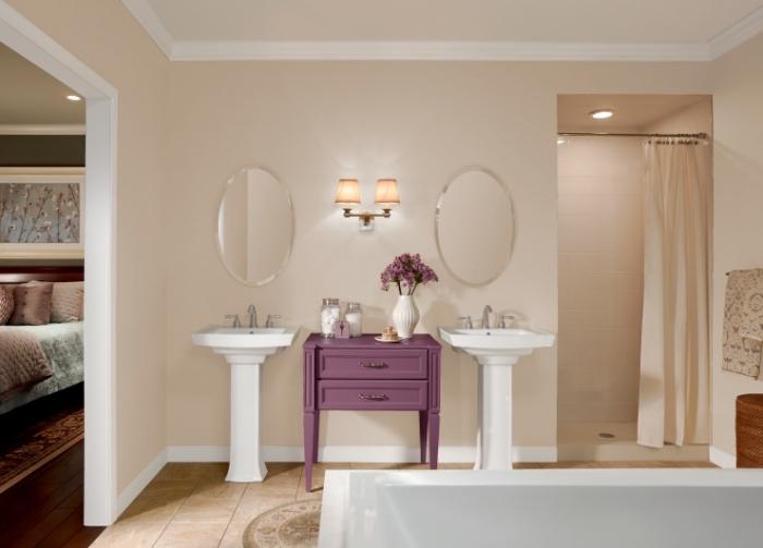 aménagement de salle de bain luxueuse et moderne en couleurs neutres, association couleur beige avec le blanc