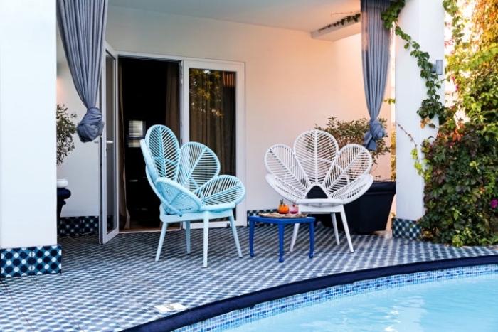 idée mobilier de jardin moderne avec chaises oeufs en blanc et en bleu, amenagement terrasse piscine extérieure