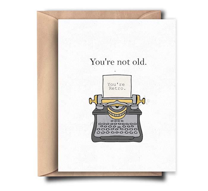 Tu n'es pas vieux, tu es rétro, cool idée de dessin amusant, image joyeux anniversaire machine à écrire