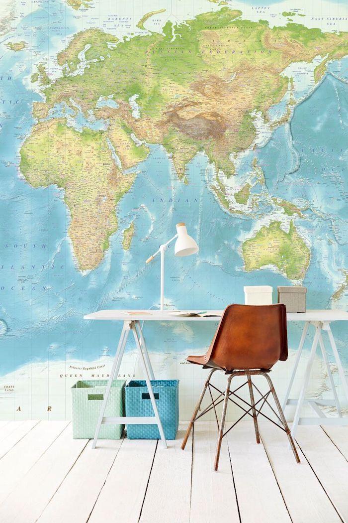 Mur carte du monde dans une chambre à plancher blanc, bois chaise, bureau blanc et lampe à lire, photo bureau, decoration bureau style scandinave
