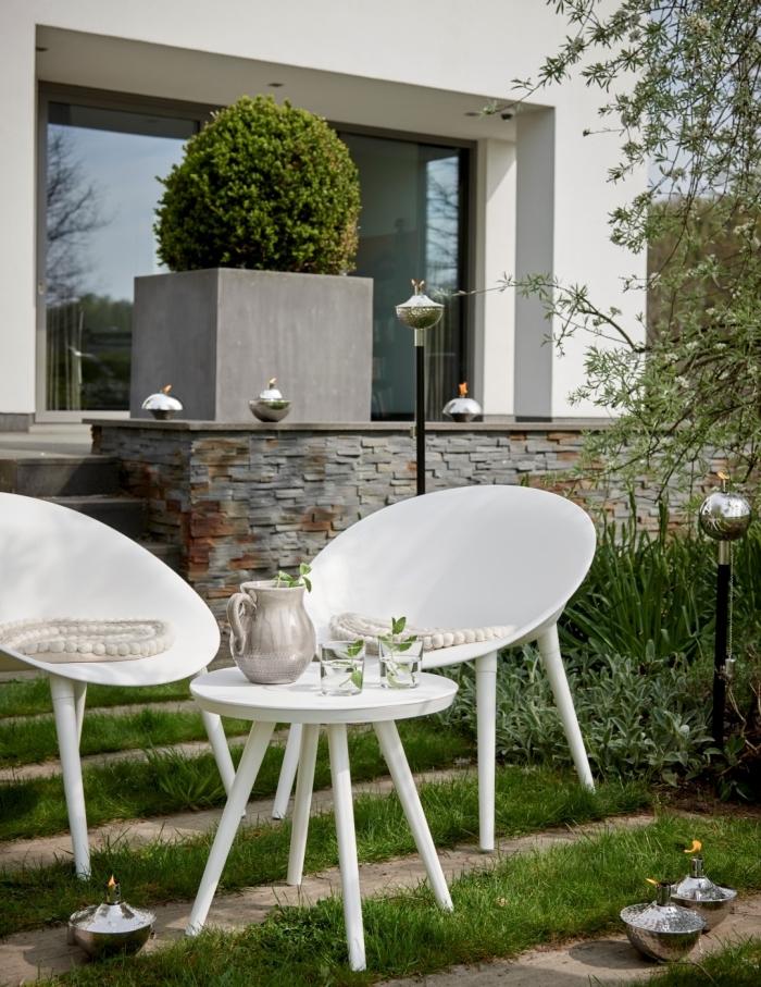 design extérieur moderne dans un jardin aménagé avec meubles blancs, aménager un petit jardin avec mobilier contemporain