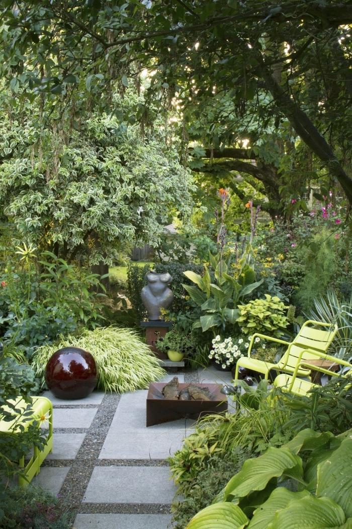 décoration jardin extérieur à espace limité, modèle de petit jardin avec allée en dalles et plantes vertes extérieur