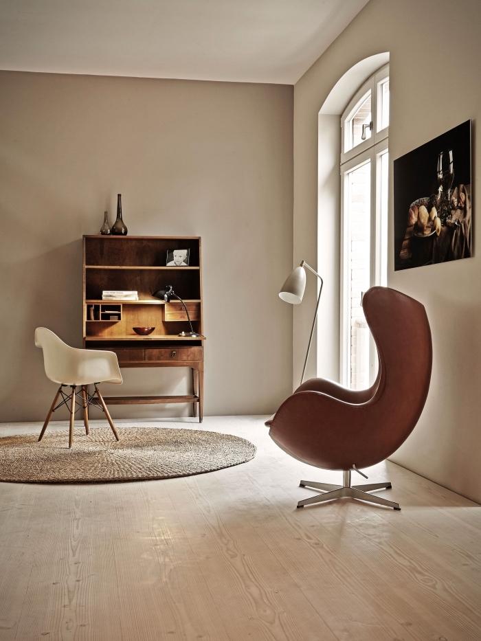 salon aux murs peinture beige sable avec plafond blanc et parquet bois clair, modèle de tapis rond tressé en jute