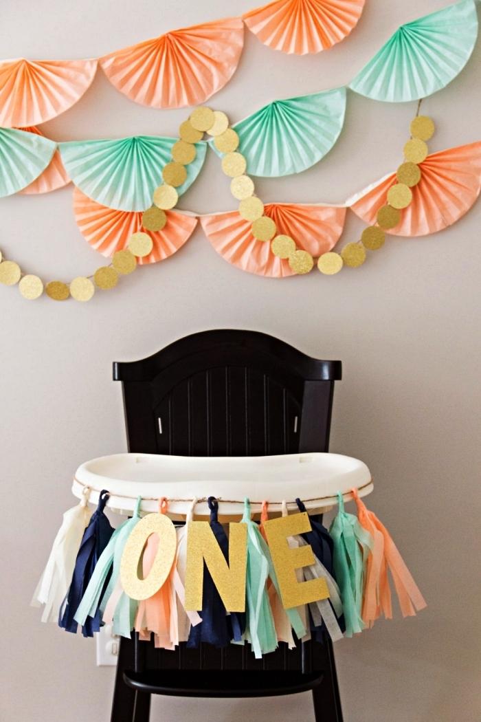 décoration d'une chaise haute pour le premier anniversaire du bébé, déco murale de rosaces en papier en tons pastel, idée déco anniversaire 1 an à faire soi-même
