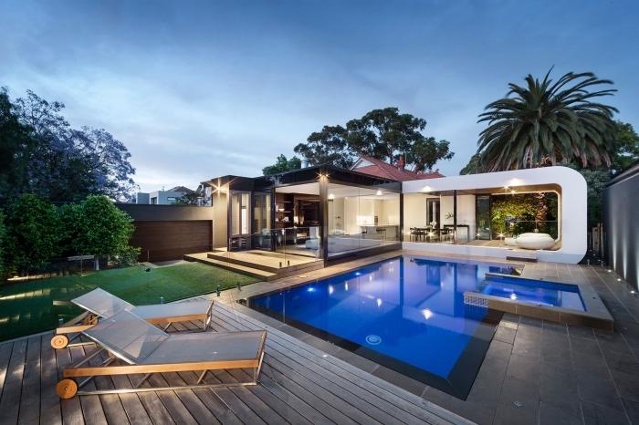 comment aménager une cour arrière avec piscine et terrasse, design extérieur moderne en couleurs neutres avec jardin gazon