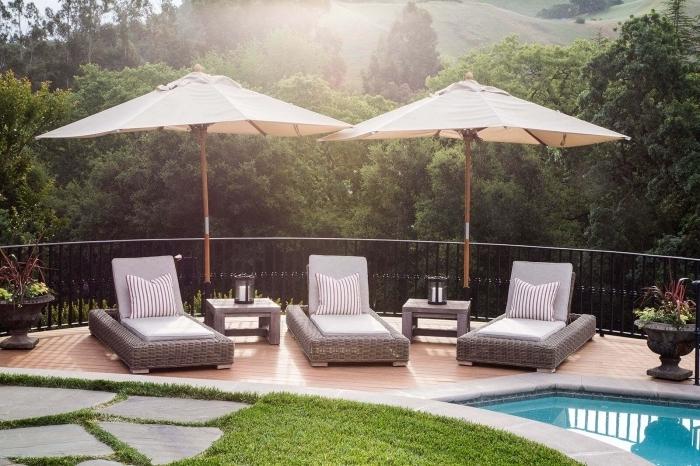 modèle piscine maison avec jardin et terrasse, décoration petite terrasse en bois à côté de la piscine avec transats tressés
