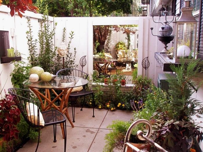 aménagement petit espace extérieur avec meubles bois, idée rangement mural pour jardin, modèle lanterne gris clair jardin