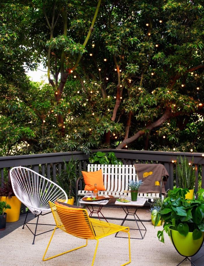 exemple comment amenager jardin ou terrasse en bois avec banc en fer et chaises oeufs, déco de jardin avec coussins orange et pots verts