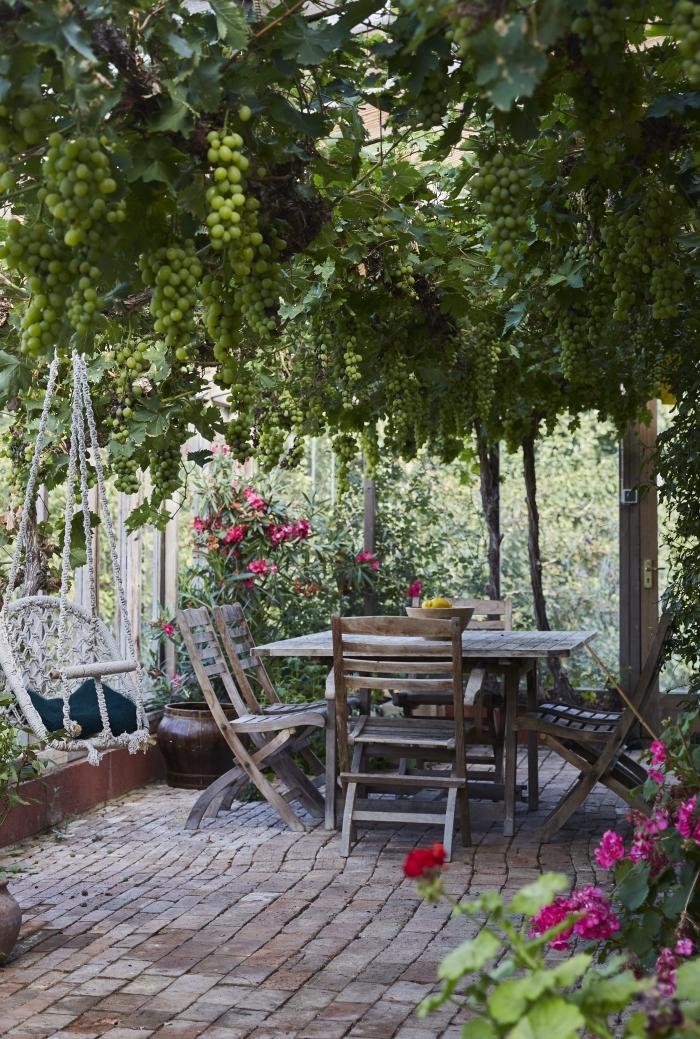 aménagement extérieur avec arbres et terrasse, déco jardin avec verdure et coin de repos aménagé avec meubles bois