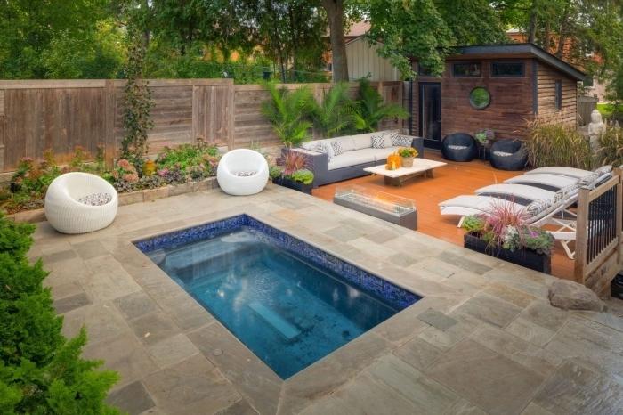 idée petite piscine moderne dans la cour arrière, quel mobilier tendance moderne pour espace autour de la piscine