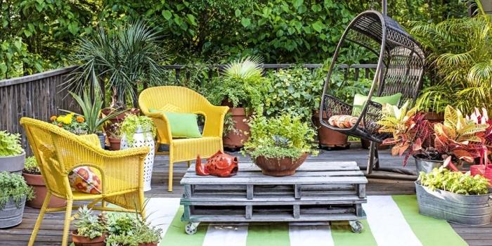 design extérieur moderne avec meubles colorés, décoration de terrasse en bois avec meubles diy en palettes