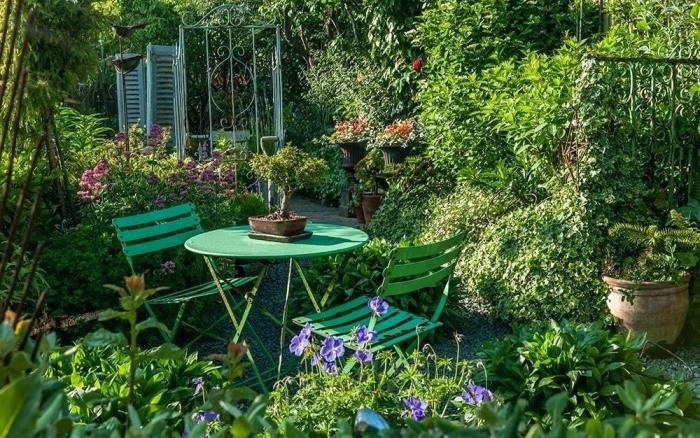 décoration petit jardin vert avec plantes, idée meubles de jardin en bois peint vert, table ronde et chaise pour jardin