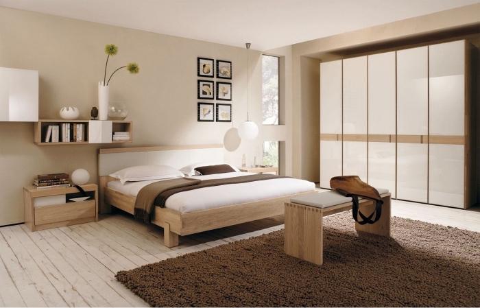design chambre à coucher moderne avec meubles en bois clair, idée peinture sable pour une chambre à coucher