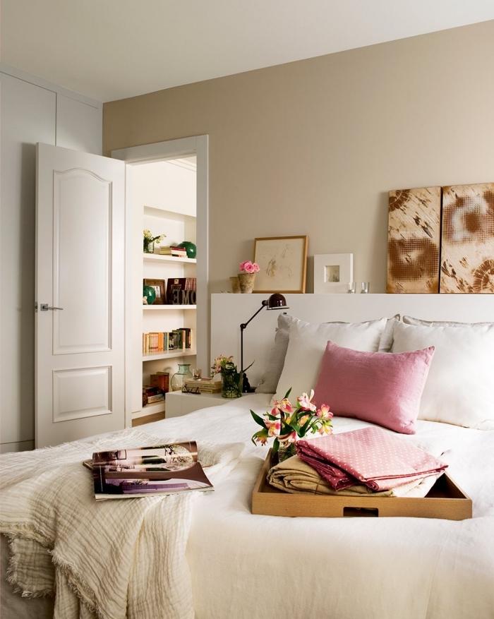 modèle de petite chambre moderne en beige et blanc avec accessoires en rose, idée de peinture beige sable