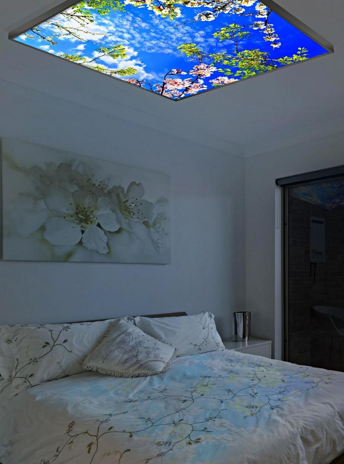 éclairage décoratif dans la chambre parentale, luminaire plafonnier imitation ciel fixée au-dessus du lit