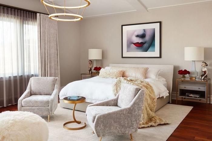 design intérieur moderne dans une chambre à coucher adulte, pièce aux murs beige sable avec meubles en blanc et gris