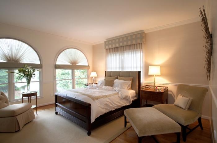 ambiance relaxante dans une chambre beige et blanc, idée peinture beige clair pour chambre à coucher adulte