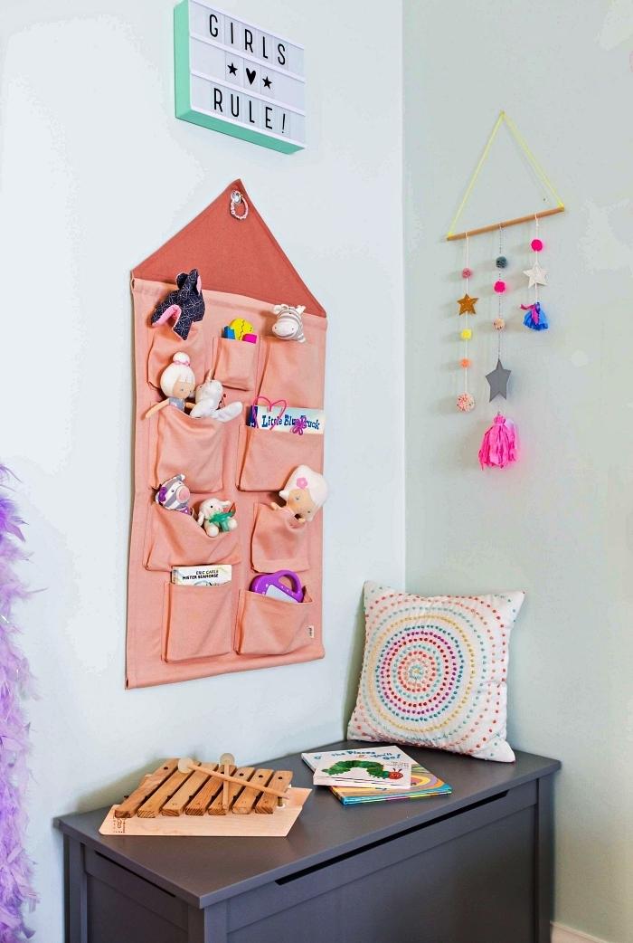 rangement mural avec poches dans la chambre enfant, organisateur mural pour jouets, déco murale tableau lumineux led personnalisé
