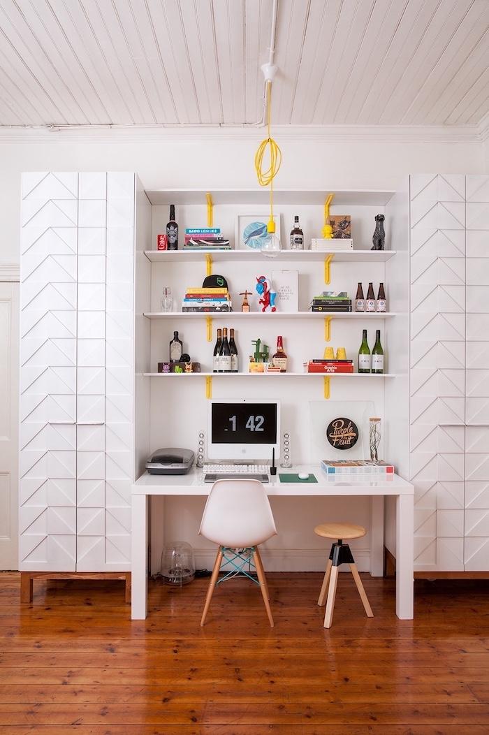 Détails jaunes déco joviale, chambre blanche rangement bureau étagères et armoires, bureau salon, décoration bureau professionnel
