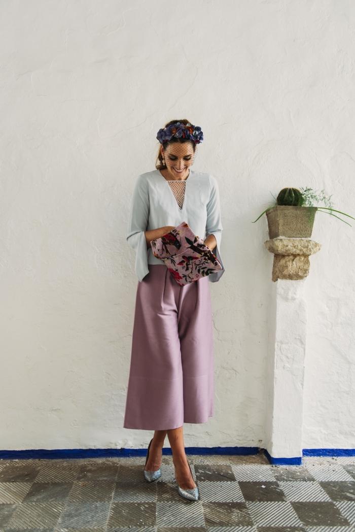 comment assortir les couleurs des vêtements, idée tenue femme invitée en couleur pastel, idée coiffure invitée avec fleurs