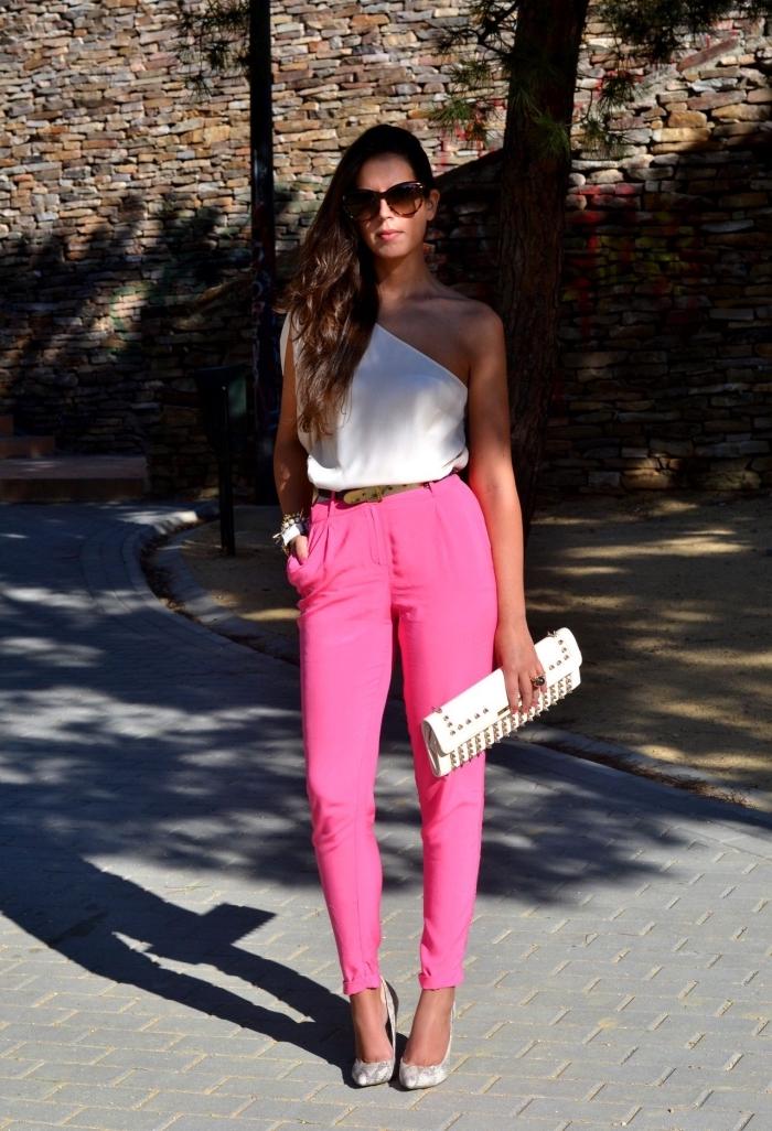 idée tenue invitée mariage, modèle de pantalon rose slim combiné avec haut blanc à col asymétrique et chaussures gris clair