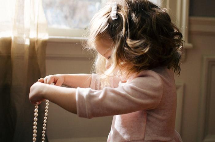 Petite fille cheveux bouclés, coiffure facile a faire, coiffure pour fillette décontractée chic, fille qui joue avec les perles de sa mère