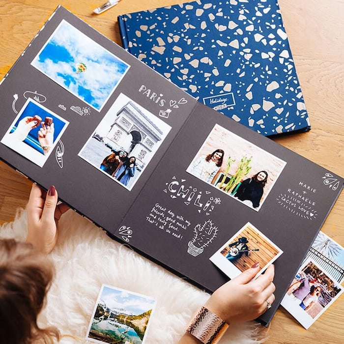 Cool idée album photo scrapbooking à faire soi-même, album scrapbooking voyage, papier noir, photo polaroid et feutre blanc dessins et texte