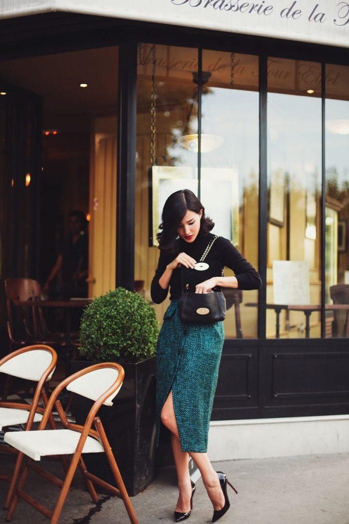 Jupe mi longue fendue et pull noir, chaussures à talon, robe année 60, comment s'habiller soirée guinguette