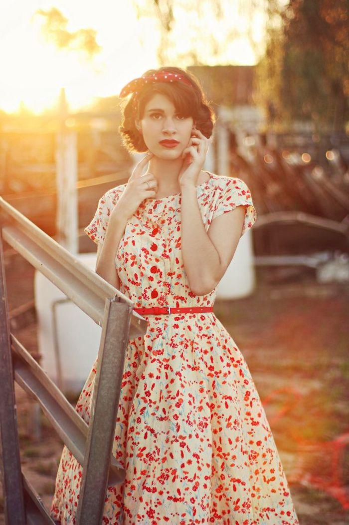 Bandeau cheveux rouge à pois, cool idée vetement annee 50, idée tenue soirée guinguette, robe blanche et rouge taille haute soulignée avec une ceinture rouge
