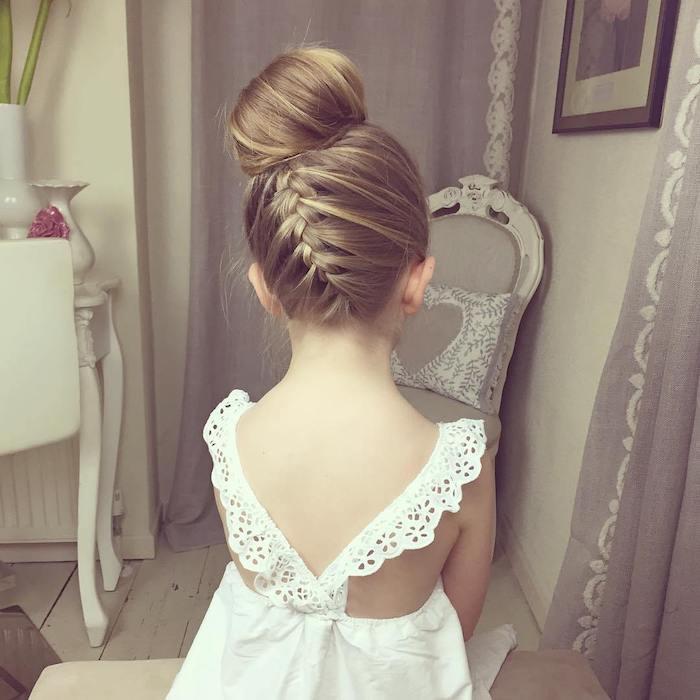 Chignon haut et tresse, coiffure facile cheveux long, coiffure pour fillette idée simple, fille robe blanche dentelle