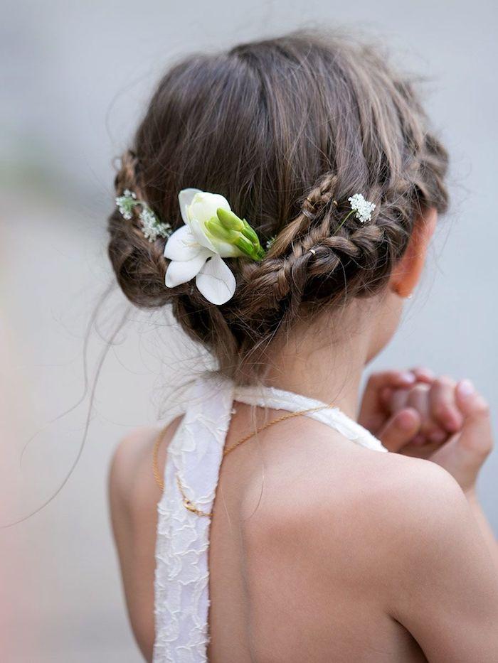 Coiffure pour mariage tresse couronne et fleurs pour accessoires, robe blanche, tuto coiffure facile, coiffure tresse, coiffure petite fille