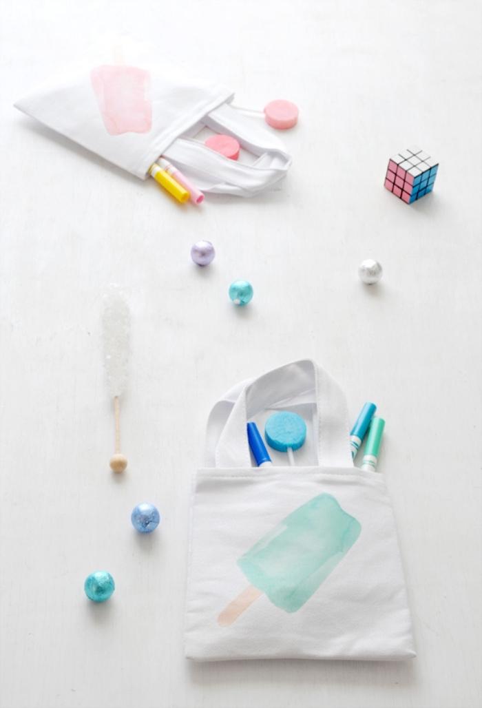 Glace dessin à faire sur son sac cabas simple en blanc, idée activité manuelle, modèles de sacs en tissu à faire soi-même, peinture aquarelle couleur pastel