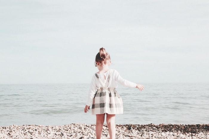 Fille au bord de la mer, robe carrée blanc et noir, chemise blanche, coiffure simple et rapide, coiffure petite fille, coiffure fillette