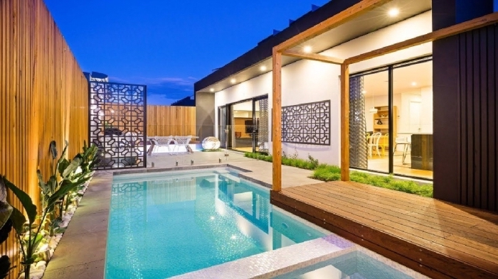 idée amenagement exterieur piscine, modèle cour arrière avec terrasse bétonnée et piscine, idée clôture en bois moderne
