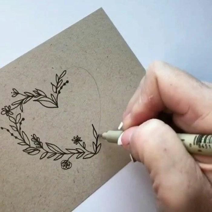 Coeur dessin anniversaire, carte joyeux anniversaire dessin de coeur fleurie dans lequel vous pouvez écrire le nom du destinataire