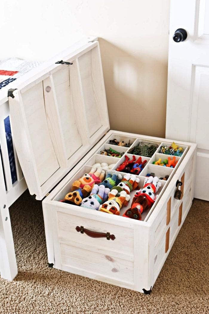 coffre à jouets en bois avec compartiments multiples pour y ranger sa collection de jouets