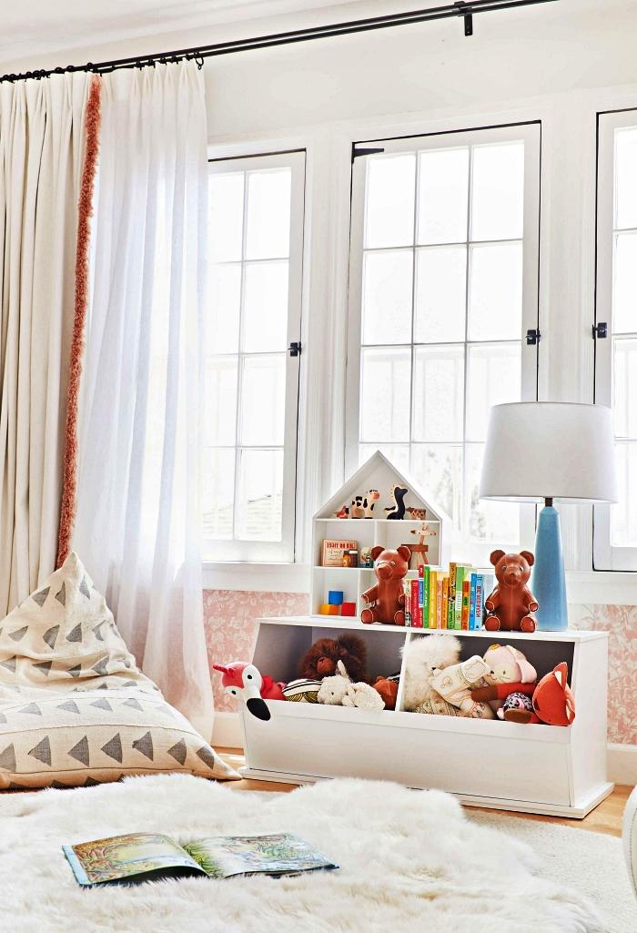 coffre a jouet en bois avec deux compartiment et maison en bois qui sert aussi de rangement, chambre enfant de style vintage scandinave avec coin de jeu cozy